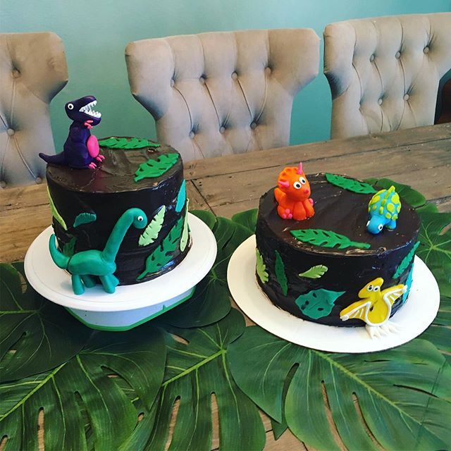 People thought we purchased the cakes but @getchristine made everything from scratch and stayed up late the night before sculpting these cute dinos! 👏🦖🦕