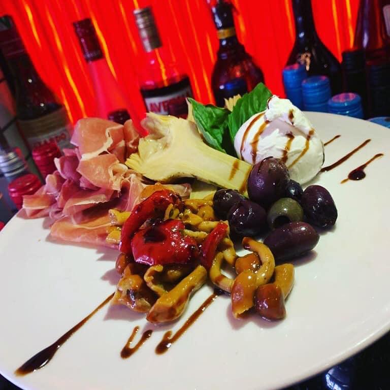 Prosciutto, artichokes, mix mushrooms, olives, burrata