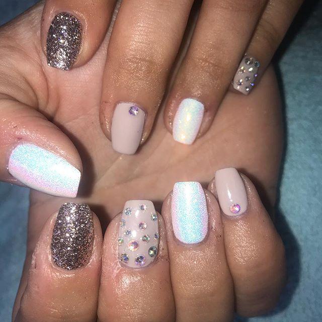 Shellac on natural nails 😍 looove this look 👌🏼 @cndworld @magpie_beauty #glitter #squarenails #white #purple #diamonds #naturalnails