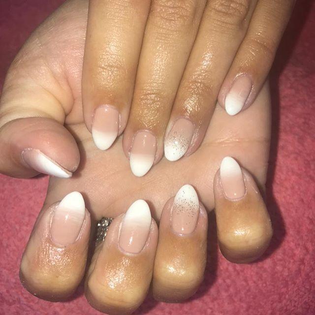 Ombré gel nails with and without flash 🙌🏽💅🏽 #gelnails #gelbottle #almondnails #naturalnails #glitter #frenchnails