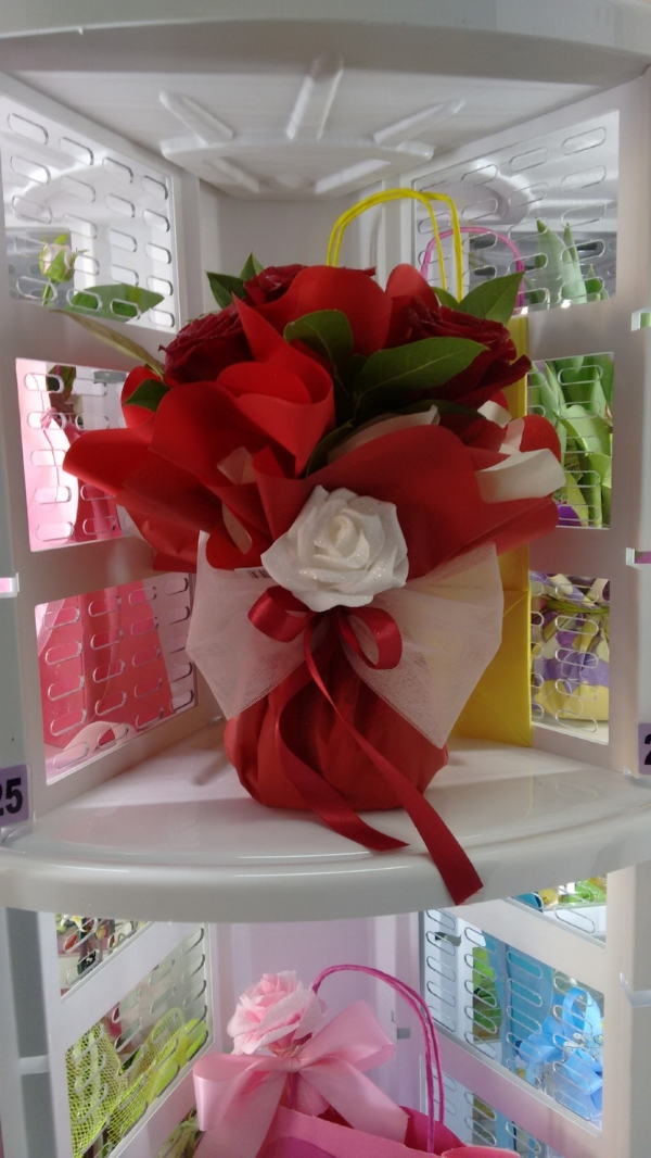 OPtional Our shelf vase for the water, so you can sell fresh flowers and bouquets without a particular packaging saving you time and money.