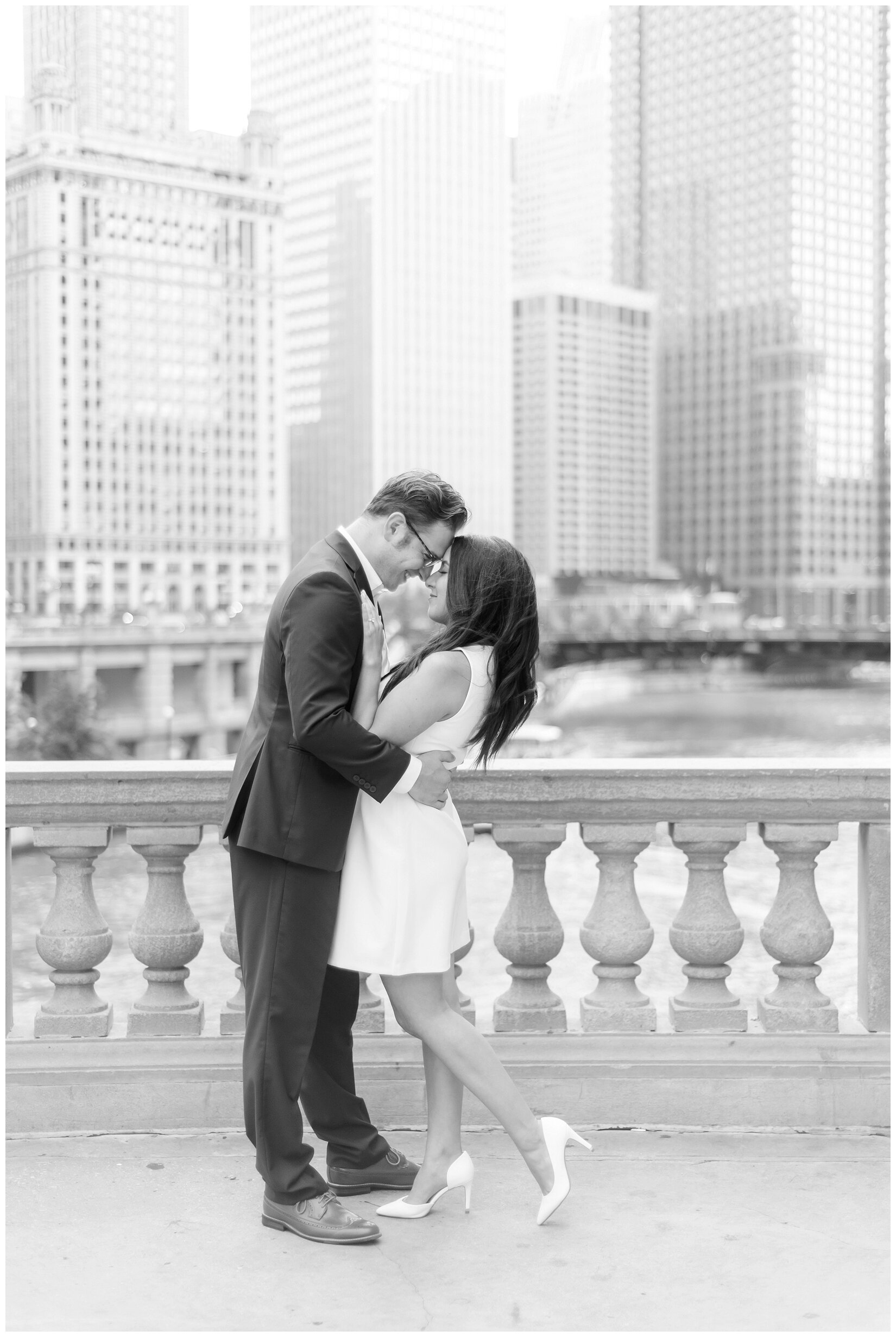 Wrigley Building Chicago Engagement Photos_0002.jpg