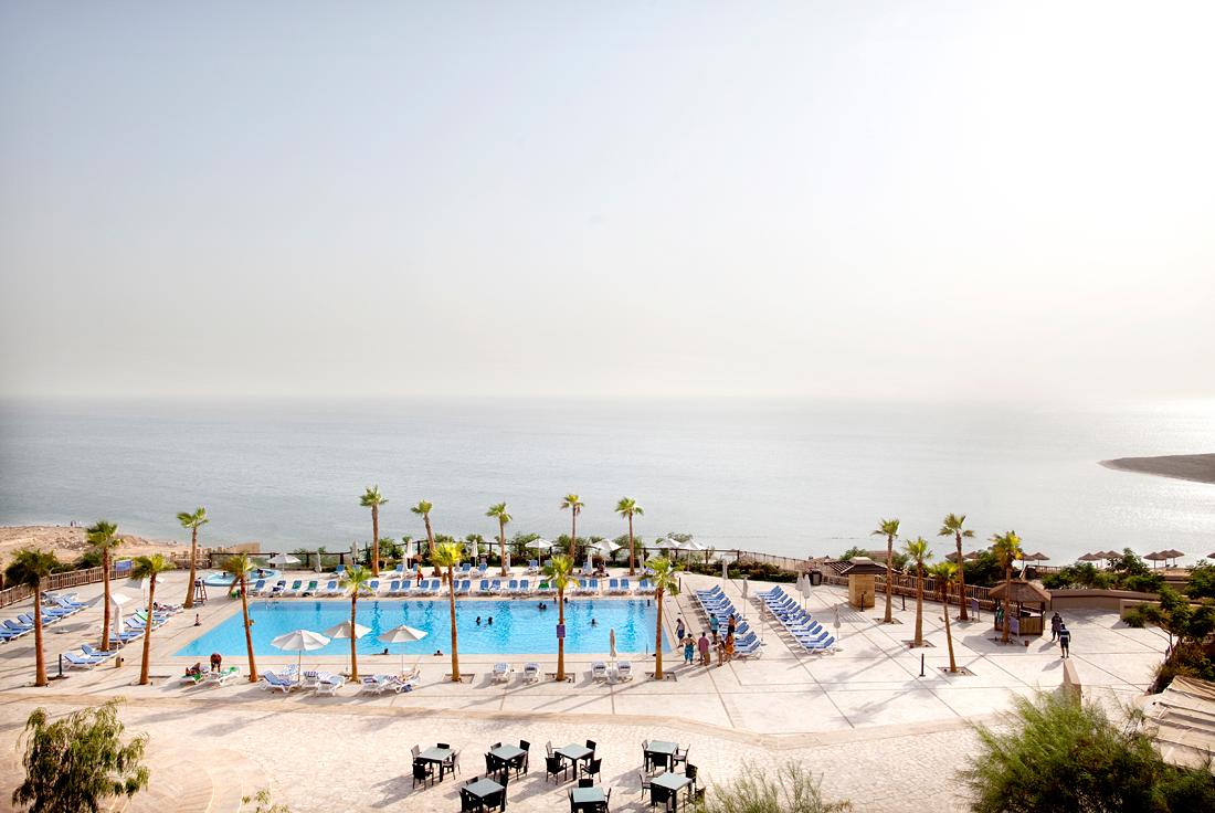 Madaba, Jordania.  Relaxing at the Jordanian side of the Death Sea.