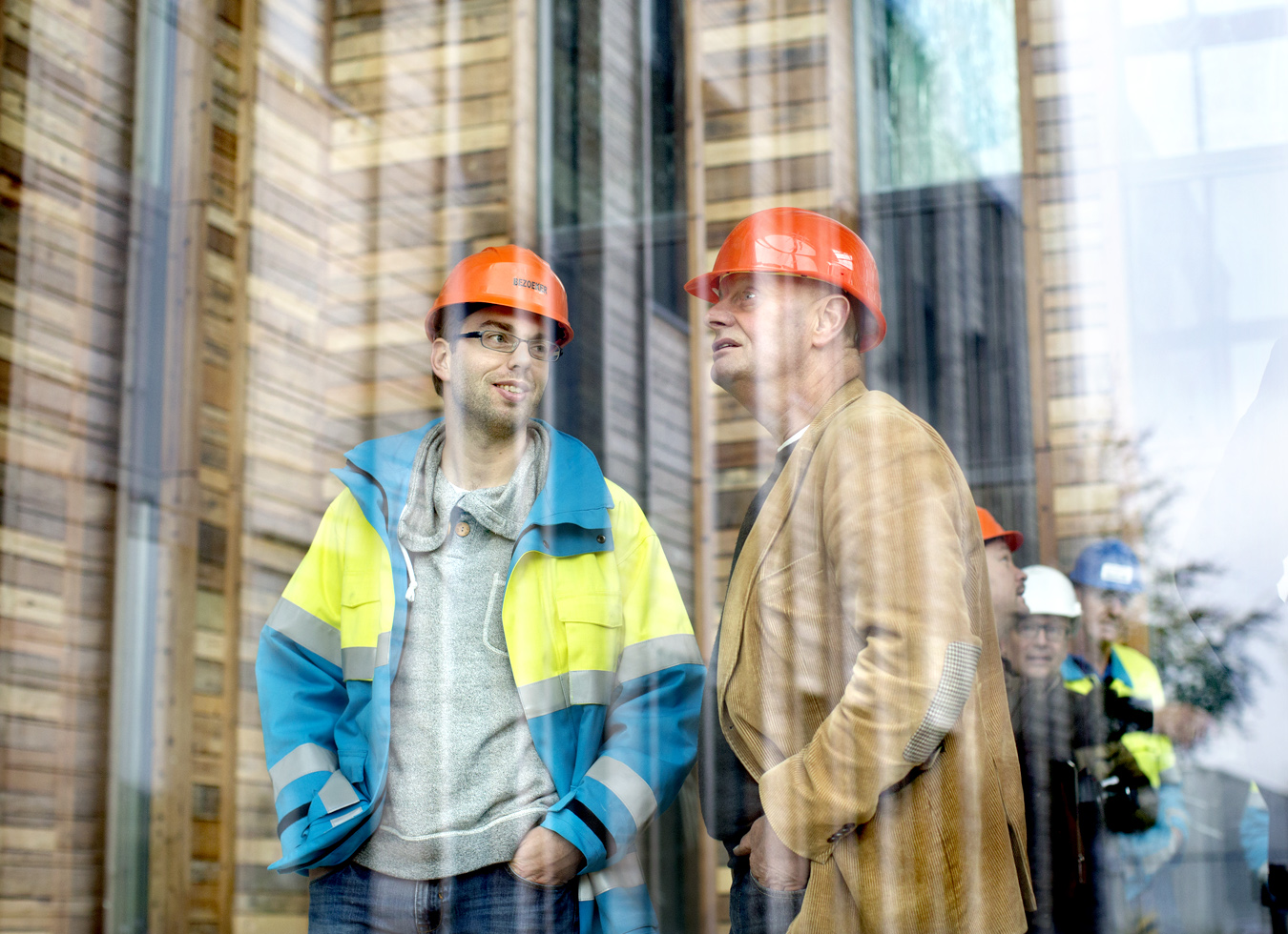 Construction worker and executor in conversation about the new building of Alliander energy network company.   Use: Magazine & intern/extern use.   Cliënt: Alliander energy network company.