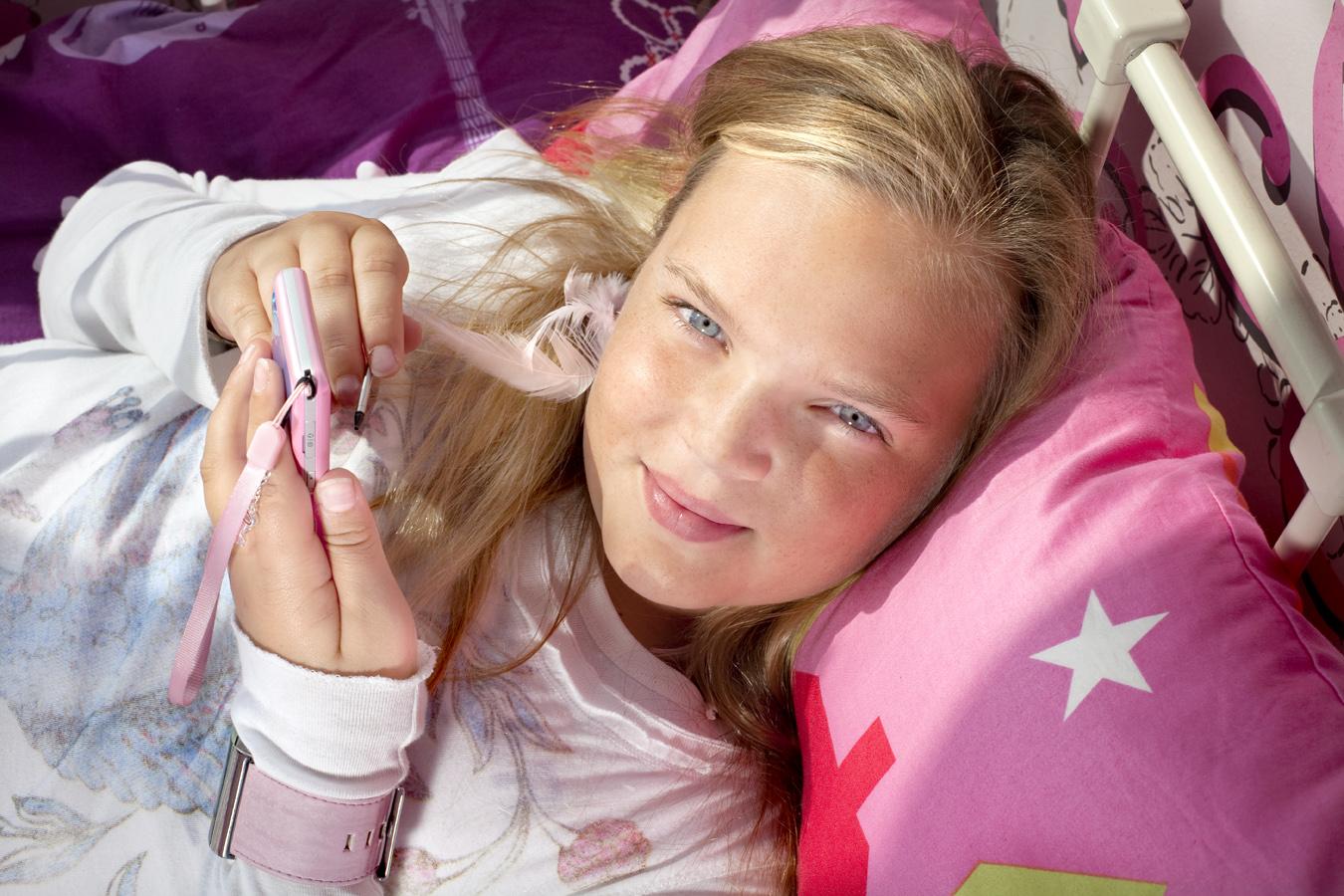 Young children having their own mobile phone.   Use: KPN Magazine.   Cliënts: KPN