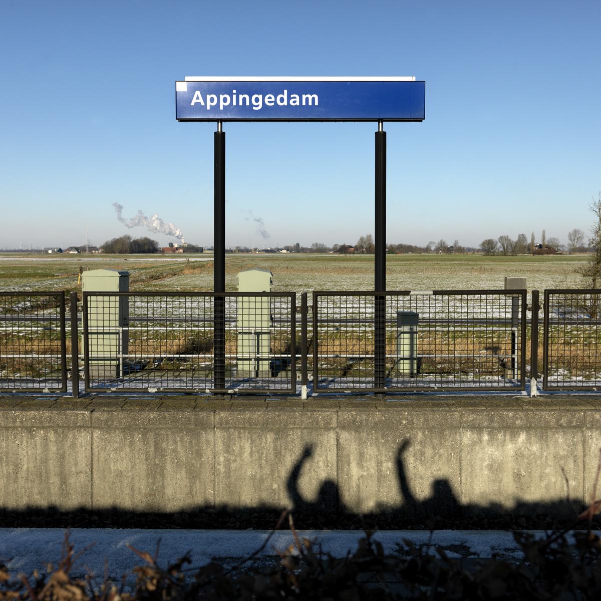 'Toen mijn middelste zoon de oversteek naar Griekenland wilde maken ging het mis. De boot zonk en hij overleed. Nu, een jaar later, heb ik met zijn 2 kleine kinderen de zelfde boottocht gemaakt.'     DEZE BRIEF IS GESCHREVEN NAMENS DE 71-JARIGE ACHMED:   Hallo Joep,  Hoe gaat het u? Mijn naam is Achmed, en ik wil aan u en iedereen in Nederland mijn verhaal vertellen.  Anderhalf jaar geleden werd ons huis in Aleppo door milities aangevallen. Wij hadden geen idee welke militie dit was, ik hoorde hen Arabisch spreken maar er waren ook buitenlanders bij. Ze namen onze bezittingen mee en zeiden dat, als we er de volgende dag nog zouden zijn, ze onze vrouwen en kinderen zouden doden.  Een paar maanden eerder was ook al mijn winkel gestolen. Er stond simpelweg iemand anders op de plek waar ik 40 jaar had gestaan. En ik durfde daar niets tegen te doen.  Ik kreeg een heel slecht gevoel en zei tegen mijn 3 zoons dat ze moesten vluchten naar Turkije. Hun vrouwen bleven achter met de kinderen op een andere plek. Zo probeerden mijn zoons een plek te vinden in Turkije waar ze hun gezinnen naar toe konden brengen. Maar het lukte niet. Er was geen inkomen en geen huis.  In de zoektocht naar een plek voor zijn gezin maakte mijn oudste zoon de oversteek naar Griekenland. Hij is nu in Duitsland. Maar toen mijn middelste zoon hem wilde volgen ging het mis. De boot waar hij op zat zonk en hij overleed. Toen ik hoorde dat hij er niet meer was kreeg ik zo'n klap dat het voelde het alsof er een rots tegen mijn hoofd werd gegooid.  Ik heb me altijd jong gevoeld, maar sinds zijn dood voel ik me oud. Ook ben ik bang dat dit verdriet de oorzaak is van de bloedprop die is ontstaan in mijn hoofd. Ik ben helaas niet meer gezond en slik medicijnen.  Ruim een maand geleden besloot mijn jongste zoon dat we met z'n allen over zouden gaan. In Syrië zal de oorlog nog jaren duren en wij willen onze kinderen een toekomst geven.  Met zijn gezin, de 2 kinderen van mijn overleden zoon, en de vrouw en kinder