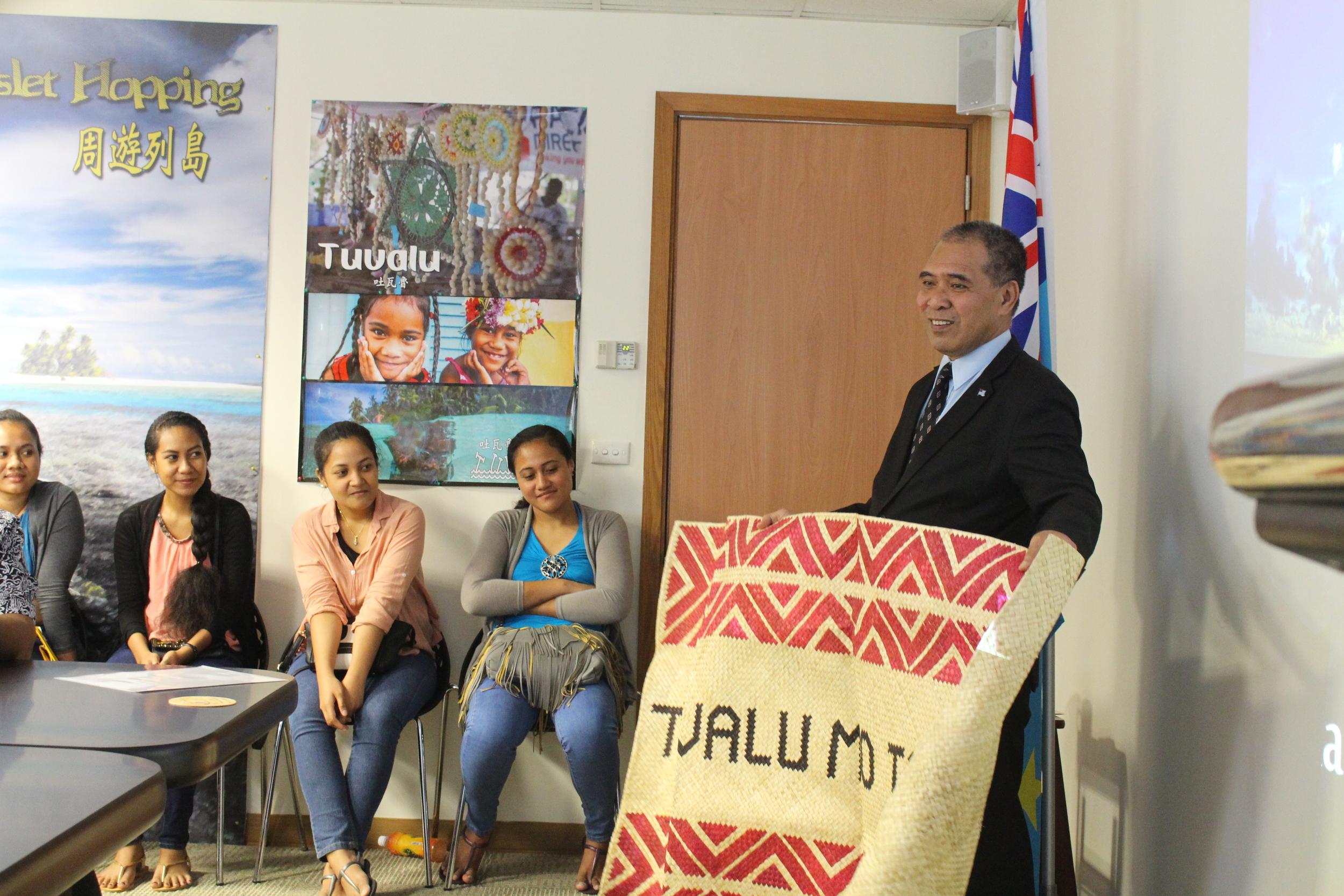 Ambassador Taupo with a gift presented by the delegation/陶敏德大使獲贈代表團所贈送之傳統草蓆