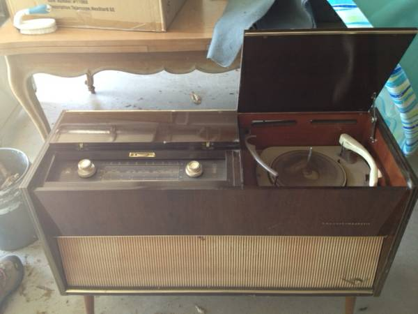 Vintage Stereo Cabinet $25  - This is a good price and the radio still works on it!