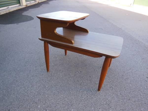 Mid Century Side Table     $10     View on Craigslist