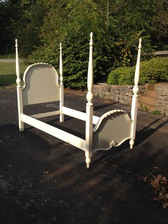 Twin Four Poster     $150     View on Craigslist