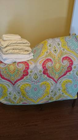 Echo Jaipur Queen Duvet     $30   This duvet retails for $99 at Bed, Bath and Beyond.    View on Craigslist