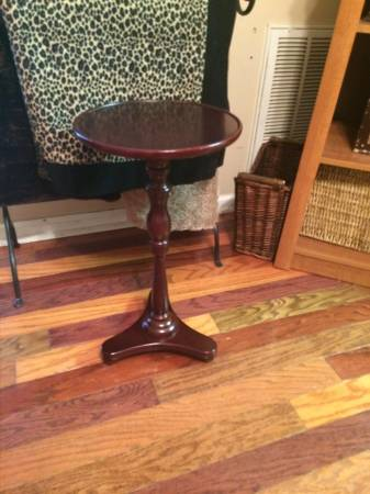 Bombay Side Table     $20   This would be a perfect piece to paint with chalk paint.    View on Craigslist