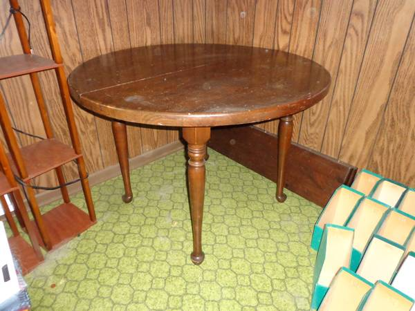 Kitchen/Dining Table     $50   This table has 2 leaves and would look great with a coat of paint.    View on Craigslist