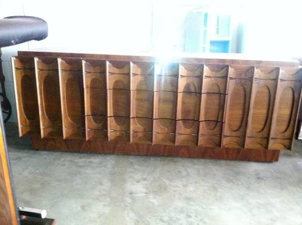 Mid Century Modern Dresser     $400   This is an amazing dresser - I love the details.    View on Craigslist