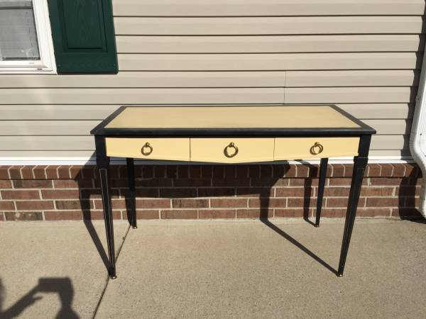 Desk     $125     View on Craigslist