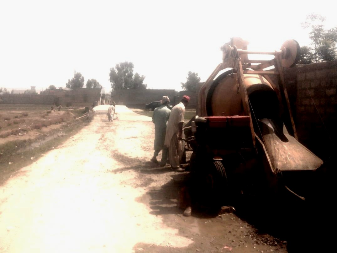 Concreting the road surface. Majukay, April 2019. (HCR Pakistan)