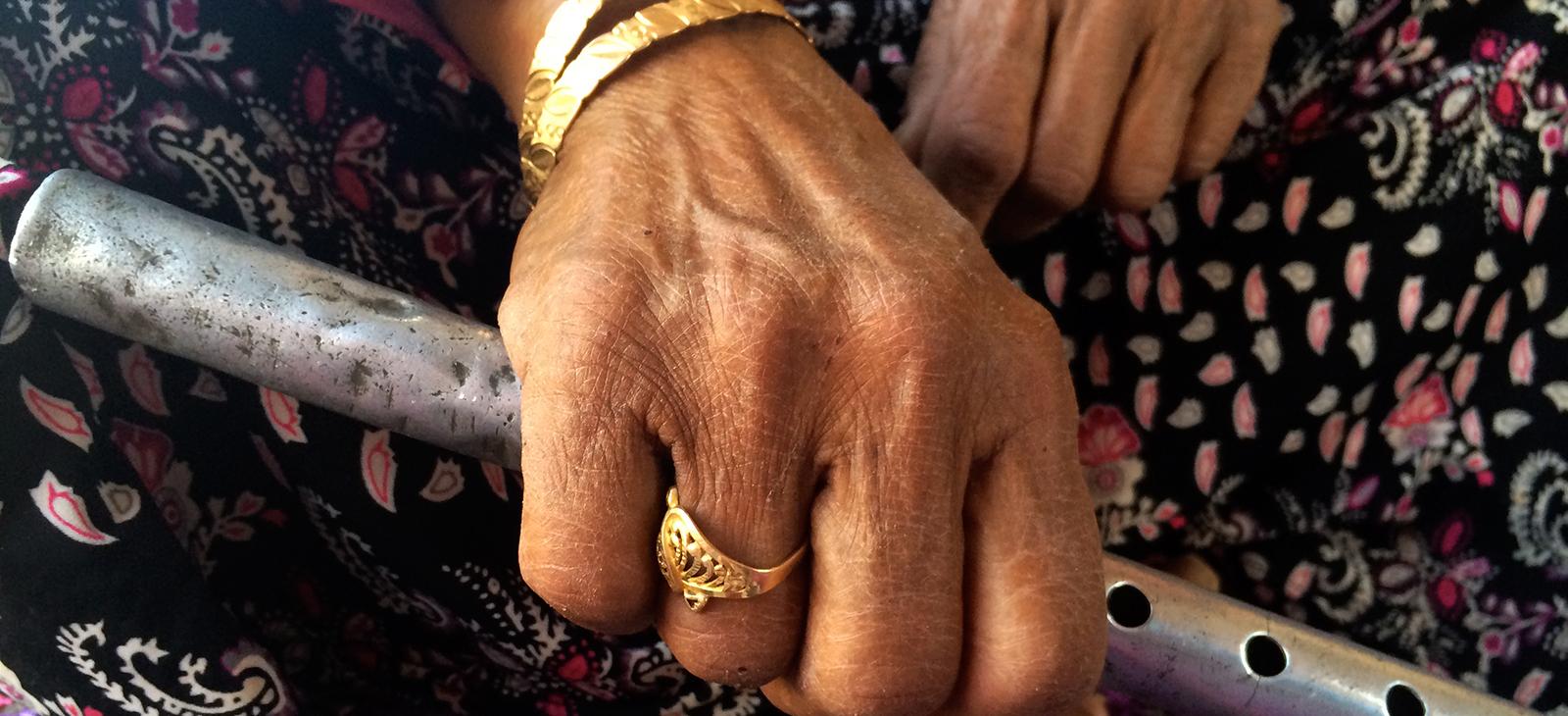 bedouin-woman-flute.jpg