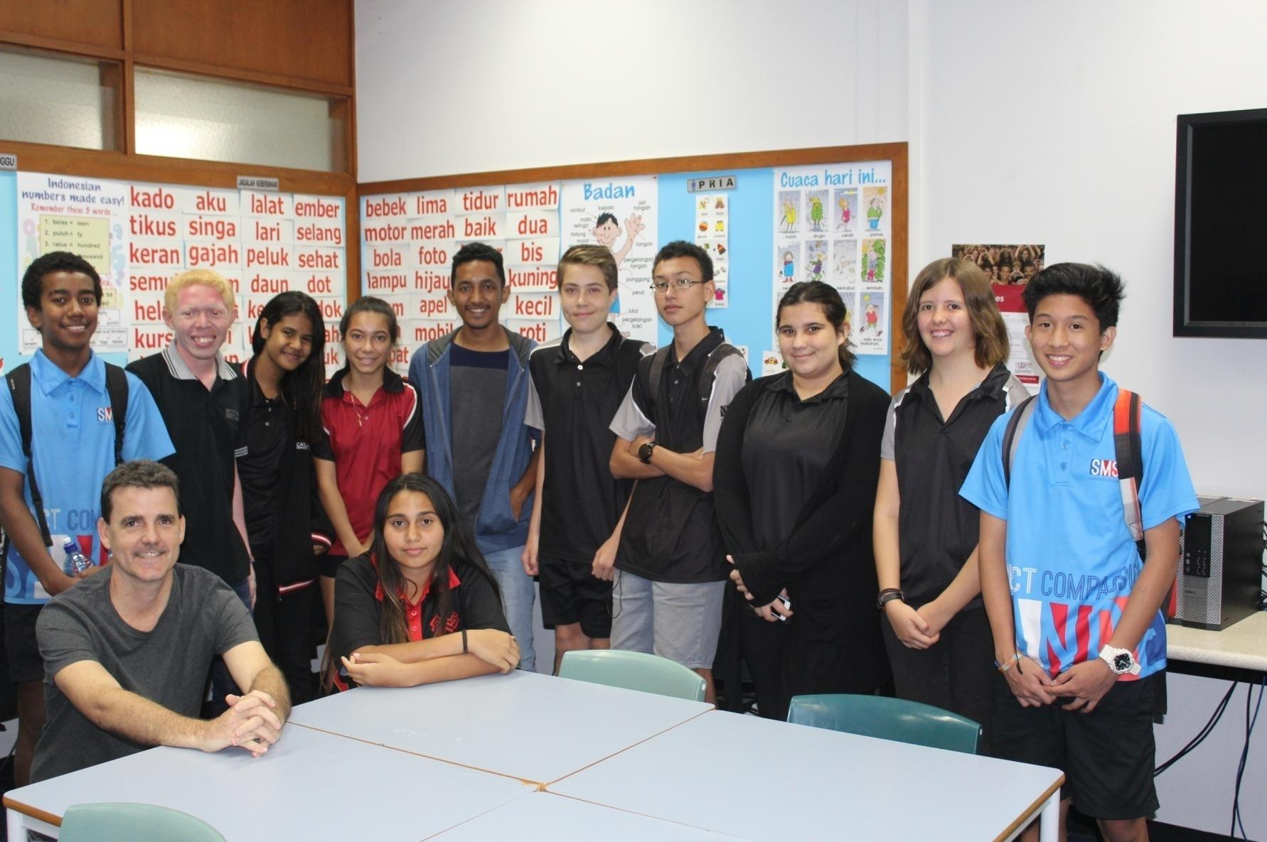 Taking picture with the teacher Bapak Grant Christie and student of Casuarina Senior Collage when already finished the class of Bahasa Indonesia in Casuarina, Darwin.