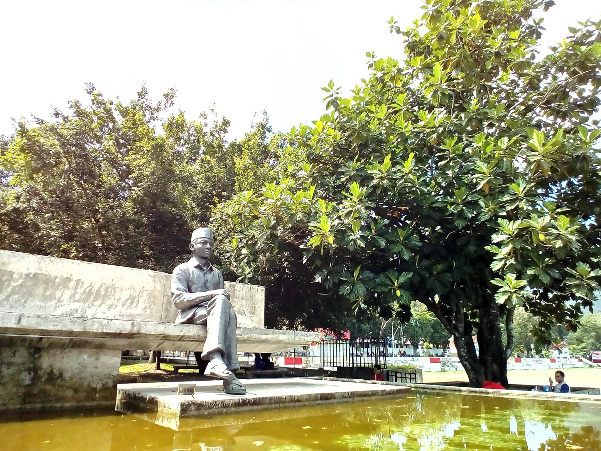 Soekarno statue, reflecting under the Breadfruit Tree - UniBRIDGE