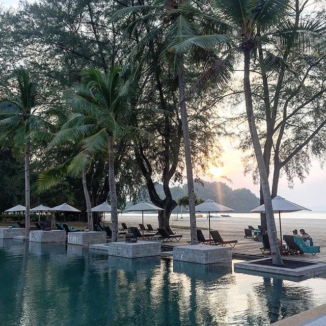 The sun setting over the adult pool. The bar here serves yummy cocktails at ridiculous prices during happy hour. Which lasts from 5.30pm until 11pm. That's my kinda happy hour.  #sunset #langkawi ⠀⠀⠀⠀⠀⠀⠀ #acolorstory  #colorcolourlovers #colorfulworld  #dscolor #abmlifeiscolorful  #momentsofmine #fromwhereistand #studiodiylovespink  #guardiantravelsnaps  #theprettycities#tasteintravel#doyoutravel#beautifuldestinations#beautifulmatters#verytandc#tlpicks#livefolk#inspiremyinstagram#liveauthetic#athomeintheworld#littlestoriesofmylife#mytinyatlas