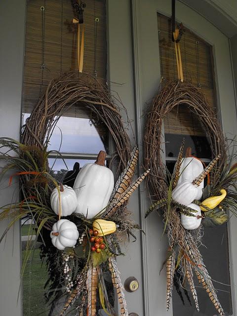 fall-porch-decoration-idea-wig-wreaths-pumpkins-feathers