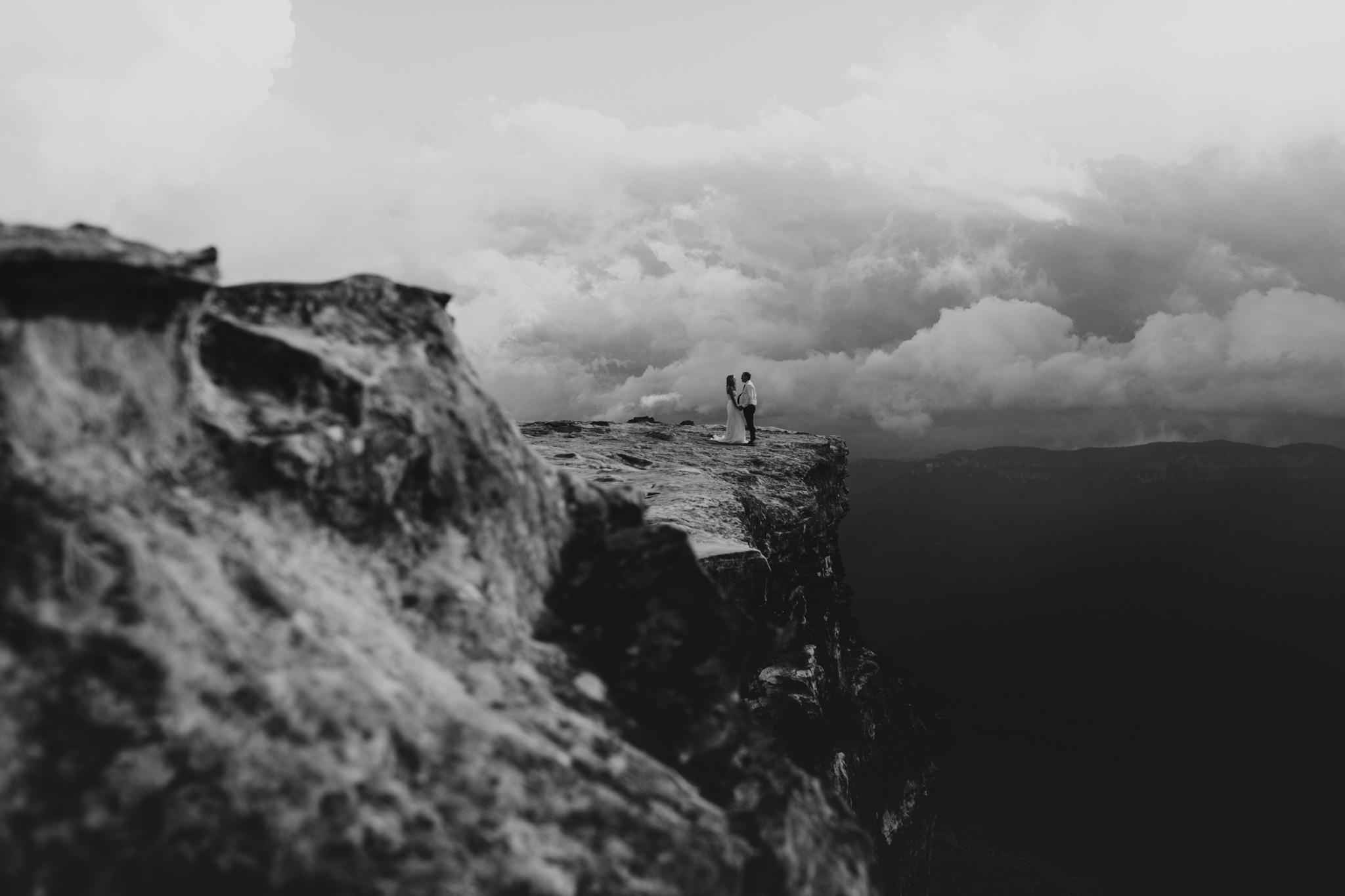 couple photos on blue mountains clifftop australia