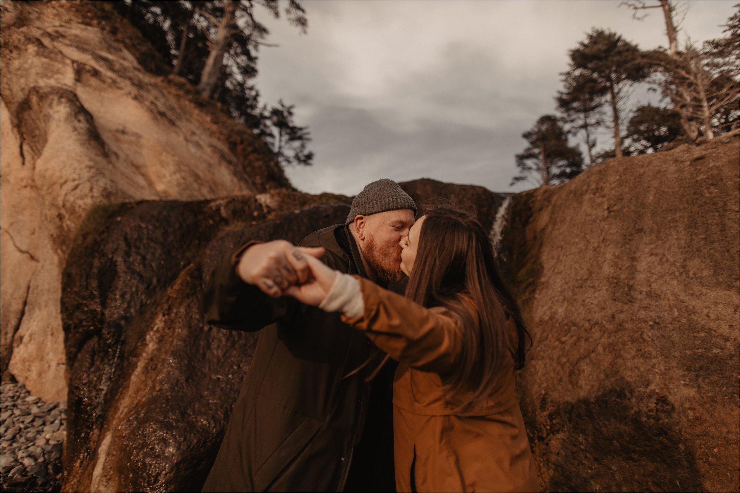 hug-point-oregon-coast-engagement-photos_0018.jpg