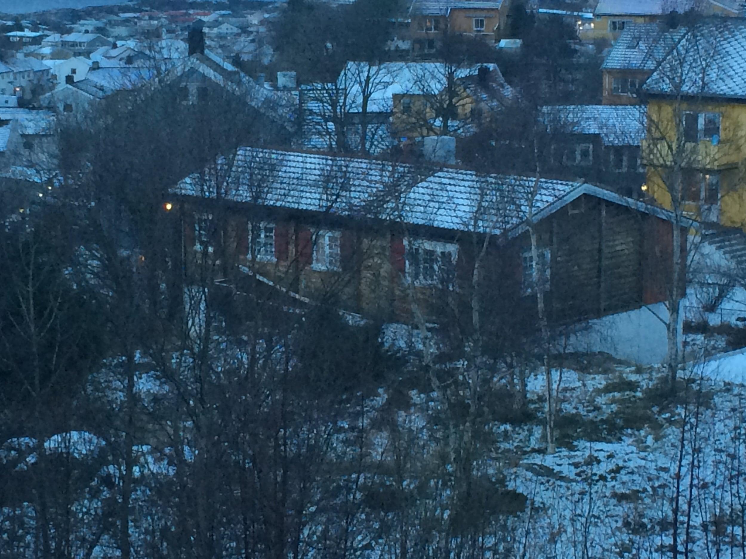 Her ser du bildet av hytta/huset og tomta den står på
