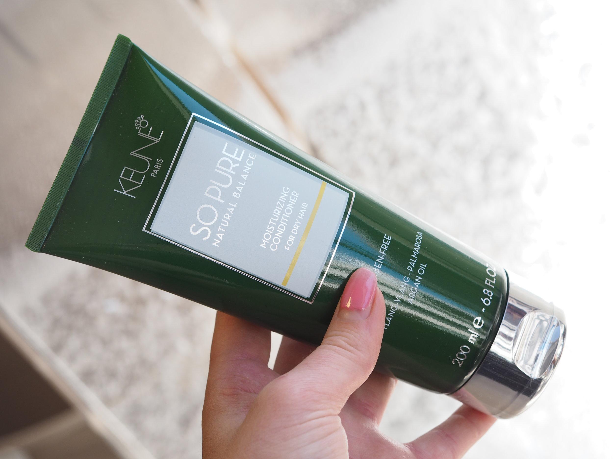 Conditioneren inneholder de samme ingrediensene og etterlater håret glansfullt. Den tynger ikke og gir ikke fett hår.