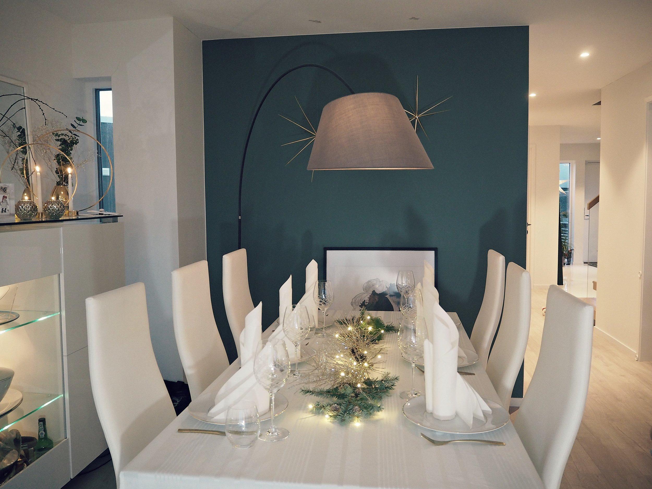 Julepyntet bord med glitter og granbar. Stilrent og klassisk med viftebrett på serviettene