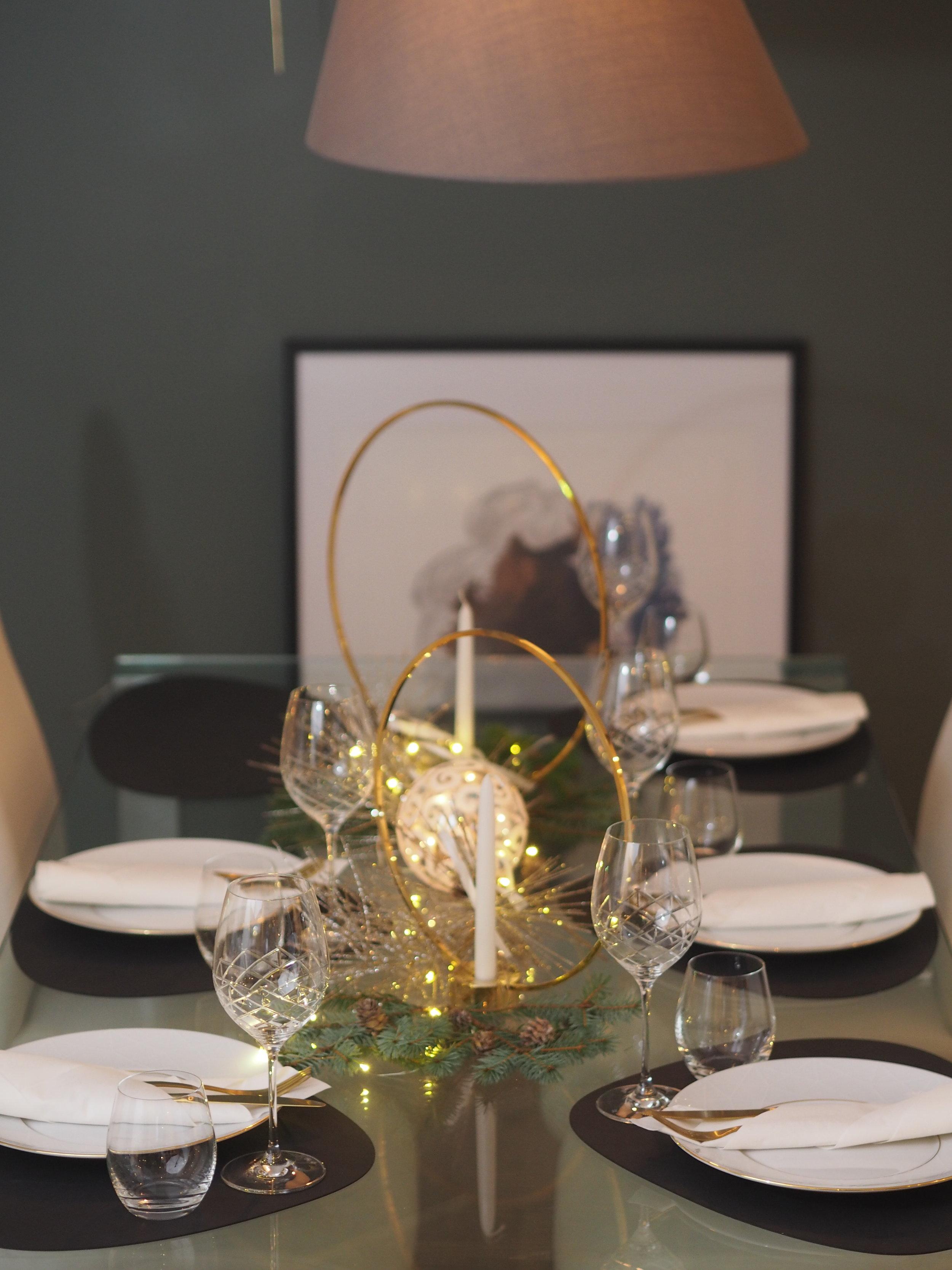 tablesetting. Diamond servise fra Firkløveren, bestikk i matt gull fra HouseDoctor. Bordbrikketter fra DNA Lind og lysestaker fra Klong