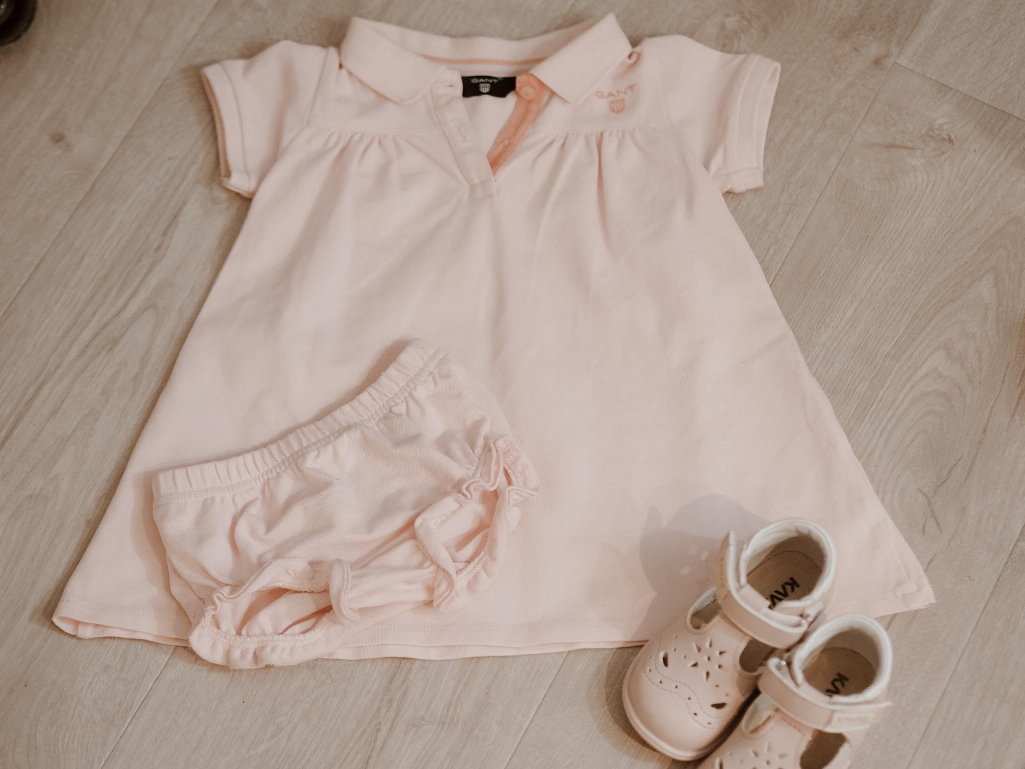 Casual kjole fra Gant til pike. Sandaler fra Kivat