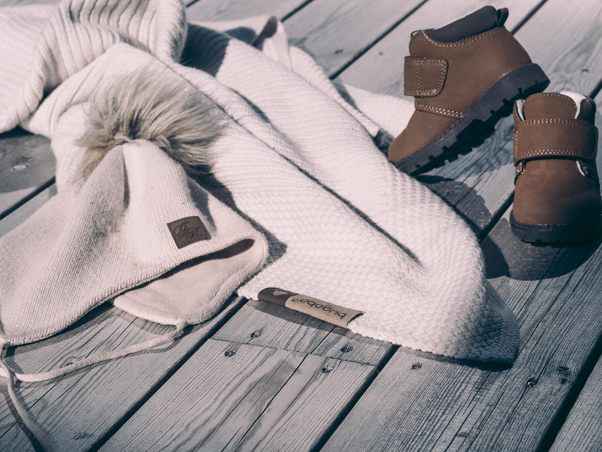 Vognteppe i bambus og ull i beige fra Bugaboo, lue fra Gullkorn design og sko fra HM