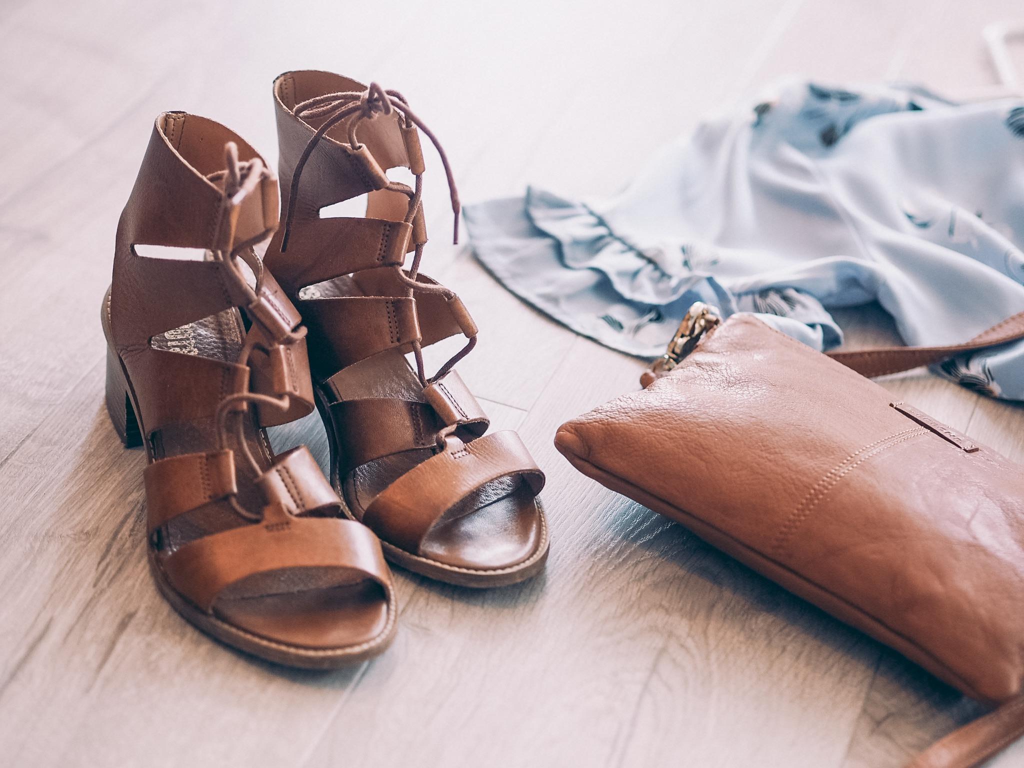 sandaler i skinn, veske Depeche, kjole Saint Tropez