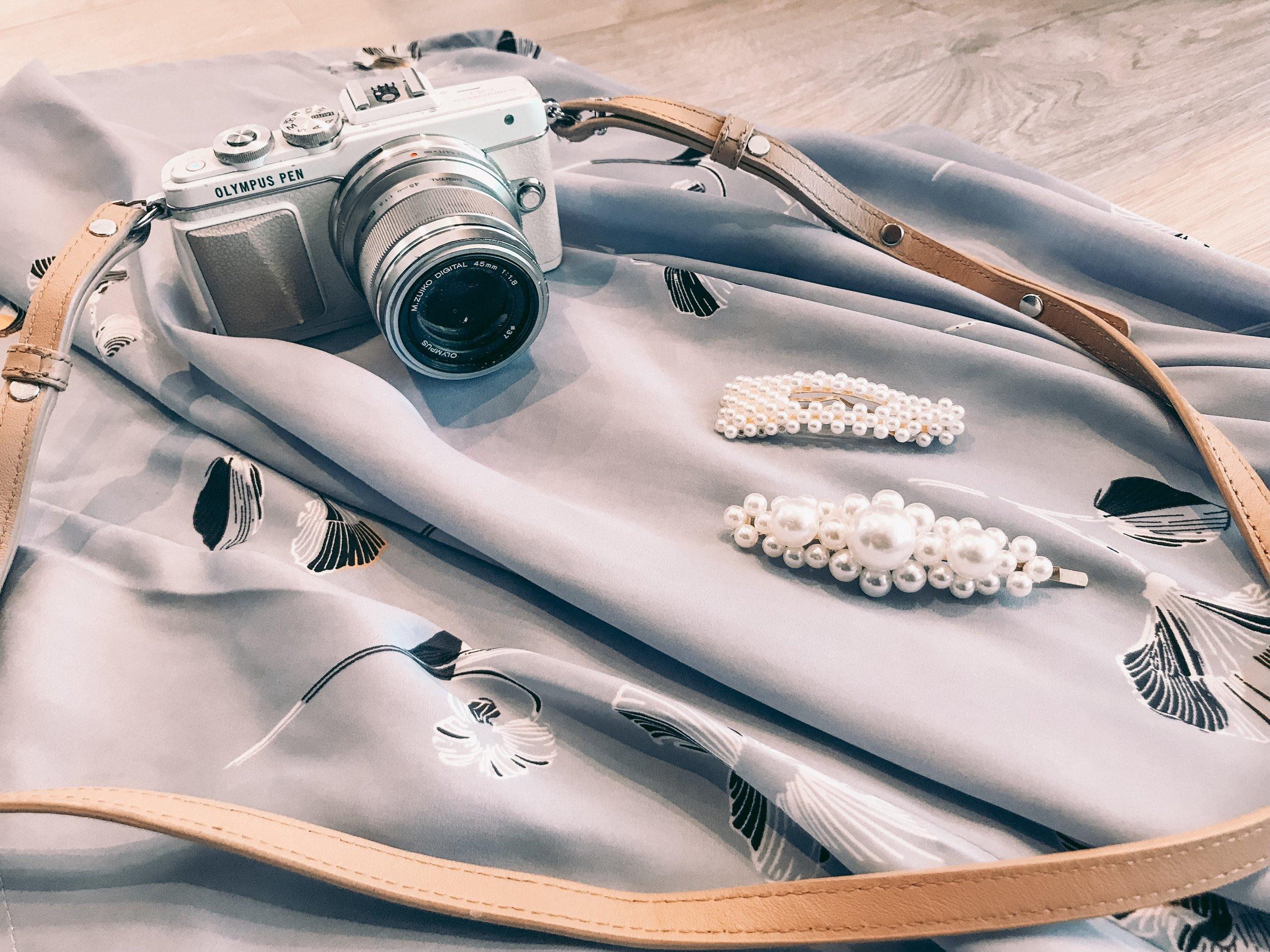 sandaler i skinn, veske Depeche, kjole Saint Tropez, hårspenner fra Name it, Olympus Pen EPL 7