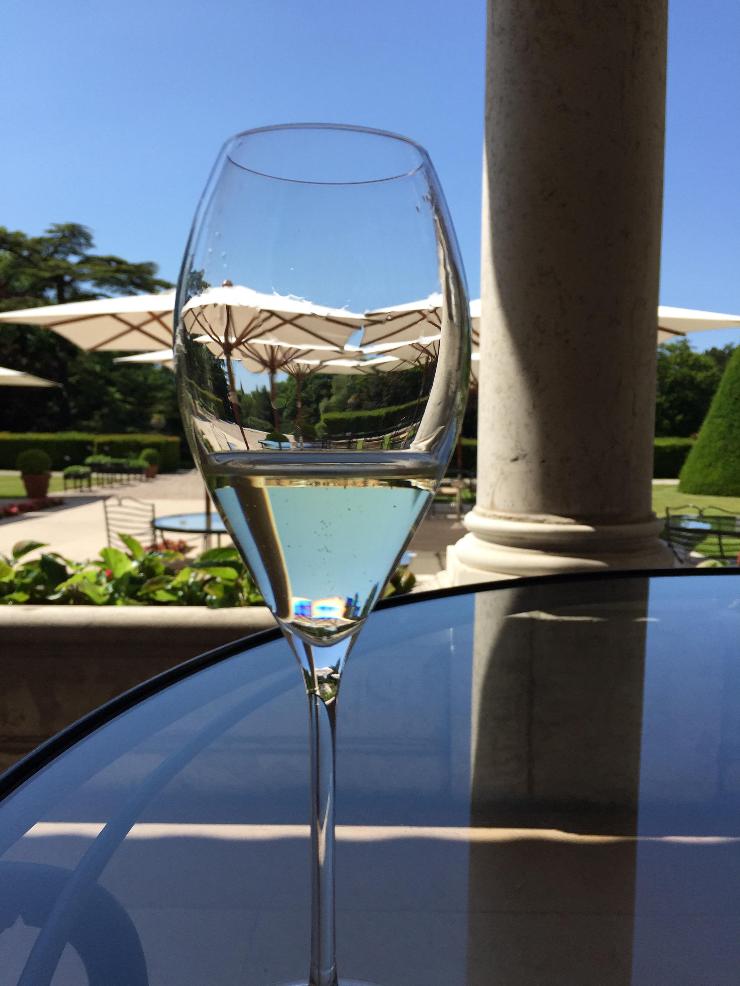 A glass of Mumm de Cramant at Le Jardin bar at Les Crayères