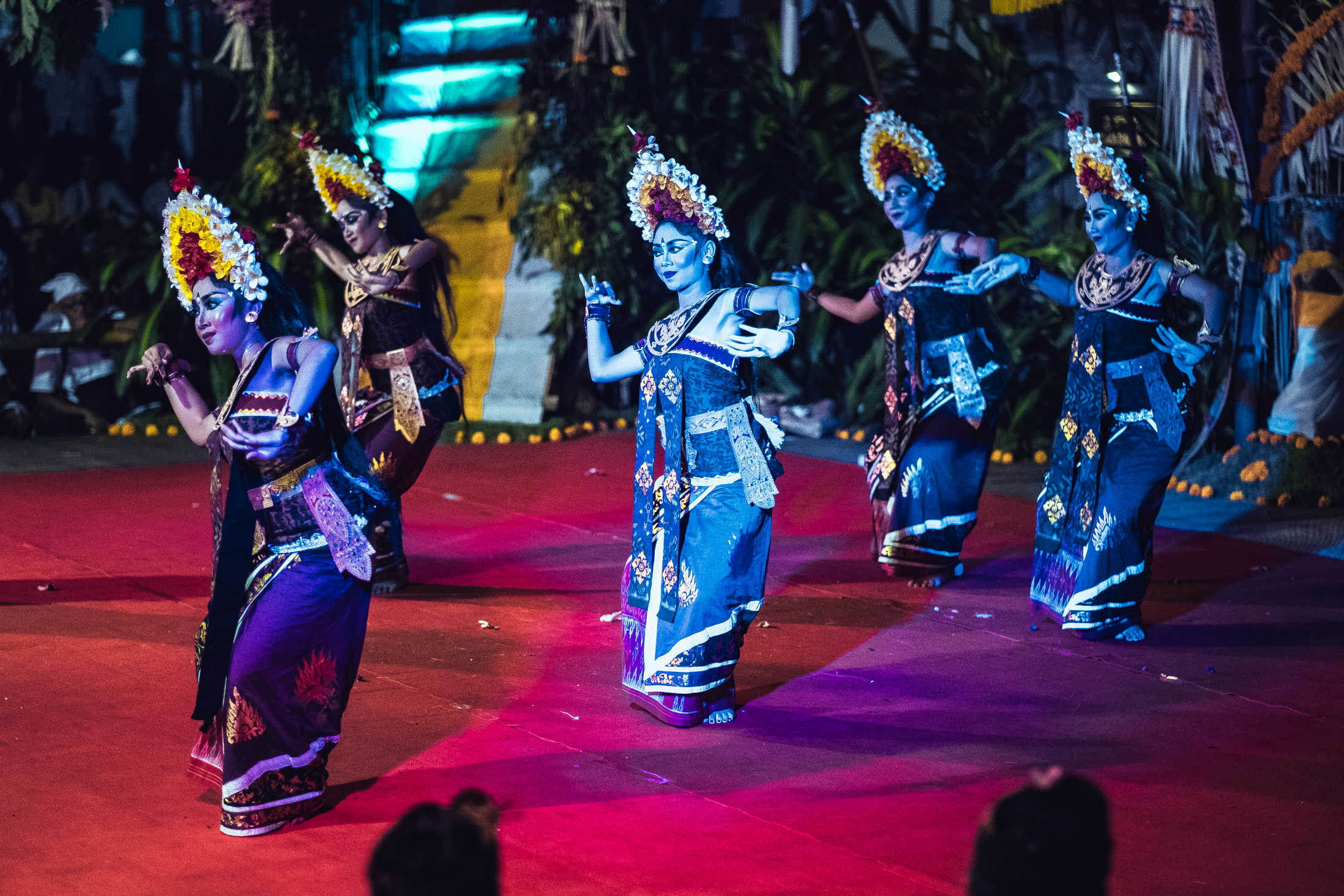 Pragina - The Balinese dancers, known as Pragina, move with very dramatic body movements, particularly in the expression of their eyes, pursed mouth, and double-jointed fingers.