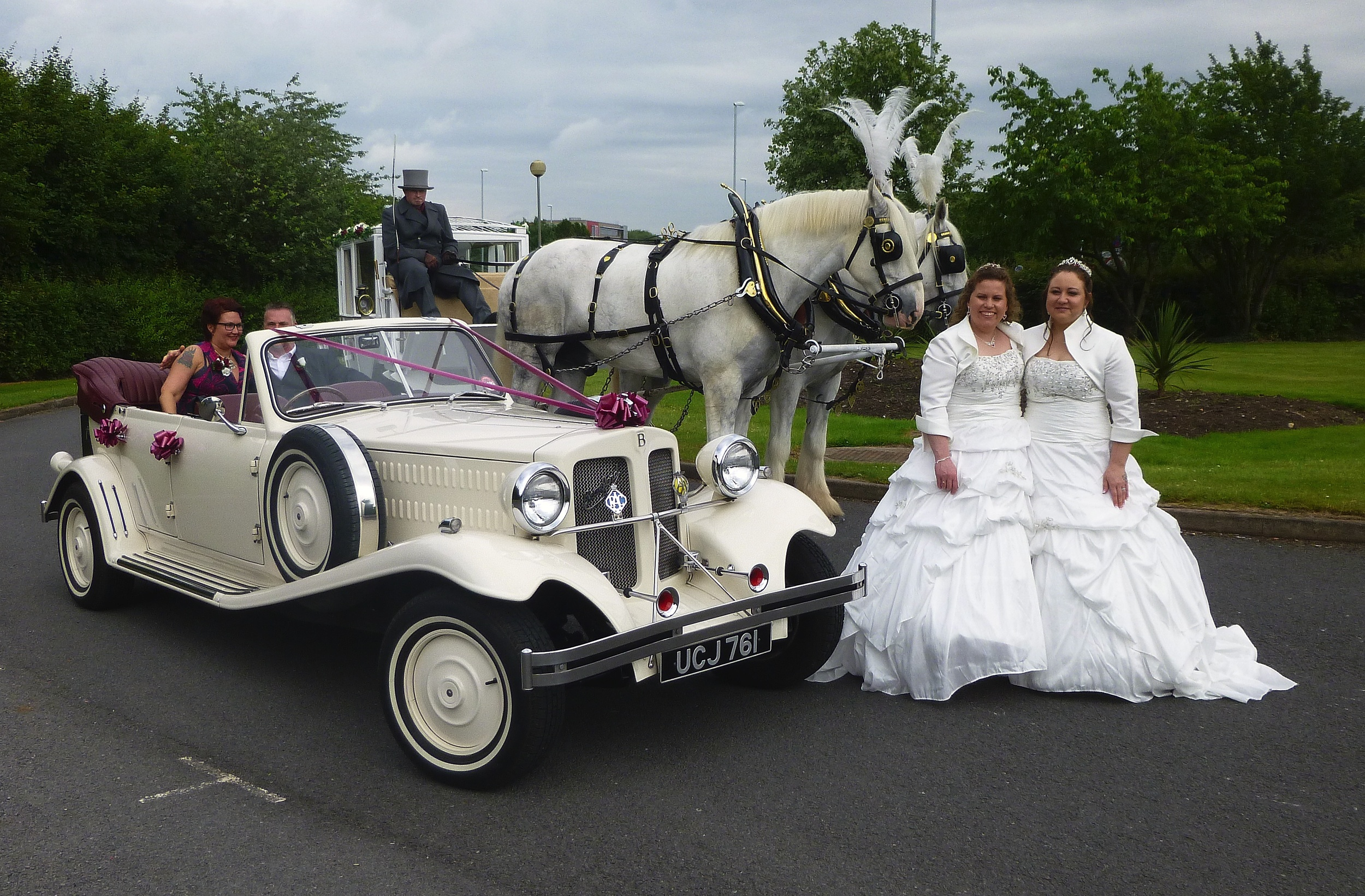 The splendidly turned out horses and carriage made for an amazing spectacle. I didn't catch the business name but from Mansfield. I think our car fitted in quite well! Melissa & Emma certainly enjoyed a wonderful day.