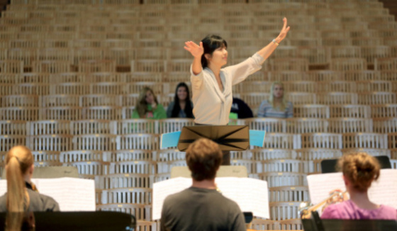 "Elizabeth Joy Roe conducts SSU students in a rehearsal of Louis Andriessen's ""Workers Union"""