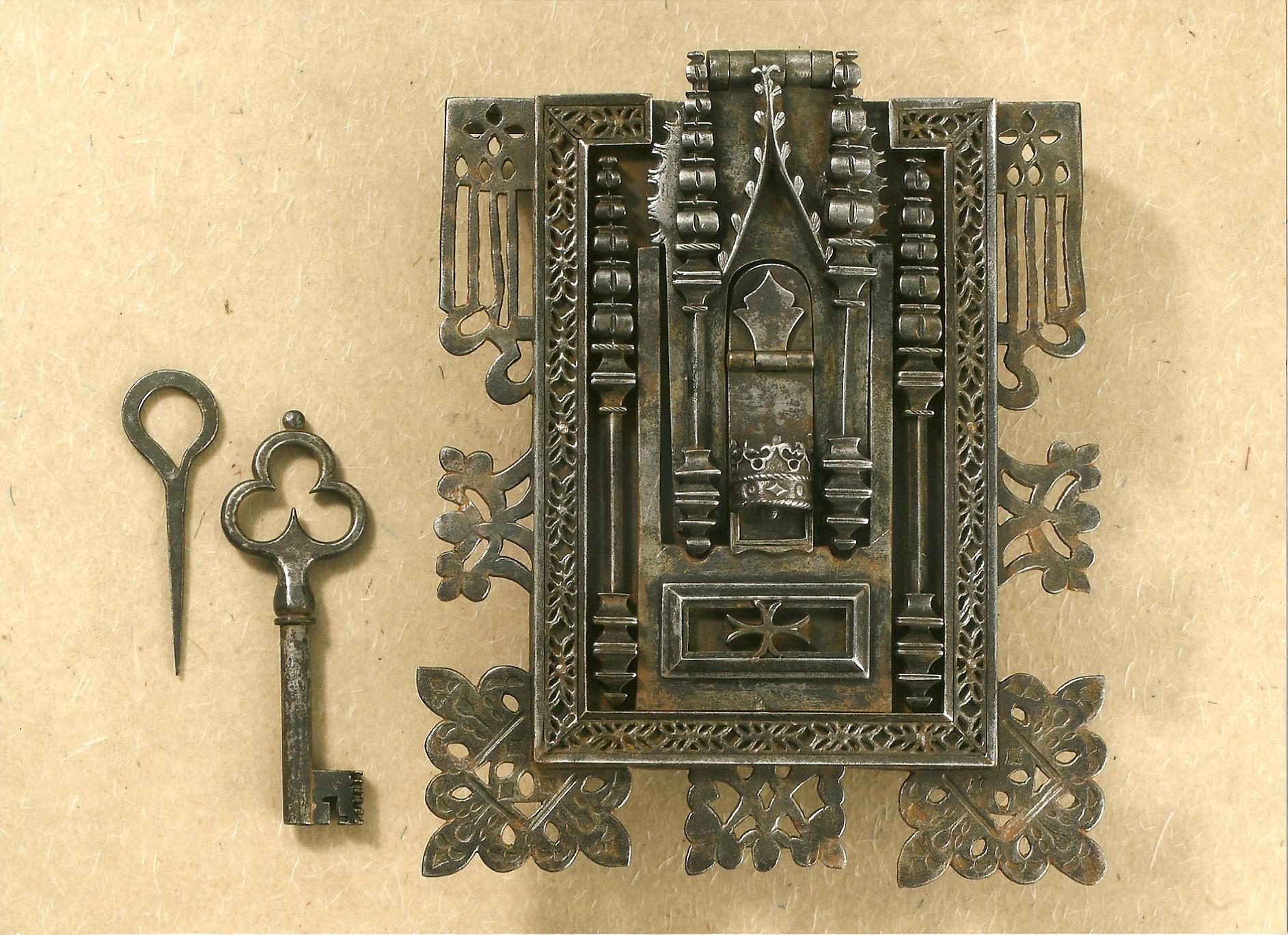 serratura gotica da cassone con chiave e chiavino per segreto.jpg