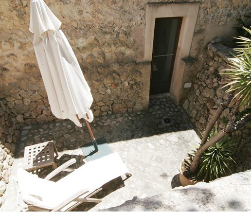 blick-auf-terrasse-suite-patio-finca-hotel-refugio-son-pons-mallorca