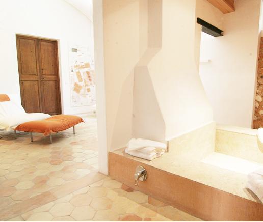 steinbadewanne-am-kamin-suite-principal-finca-hotel-refugio-son-pons-mallorca
