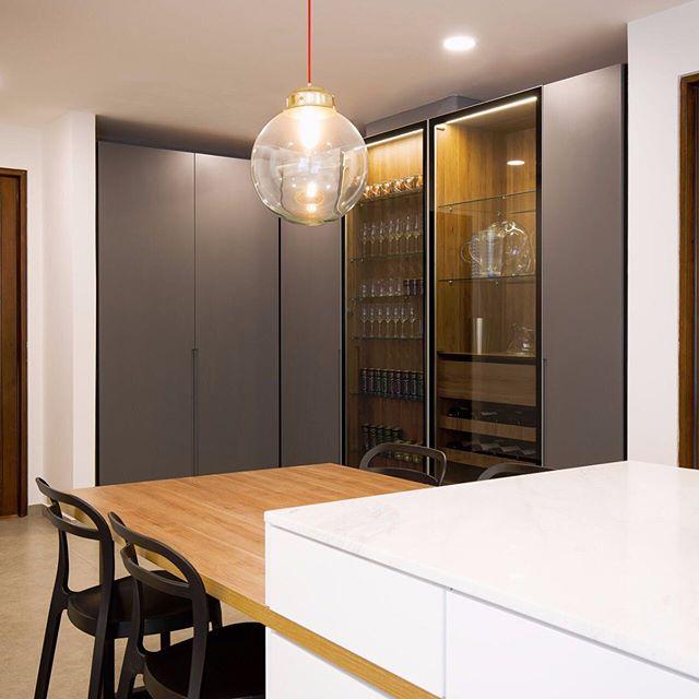 Diseño y ejecución obra apto 76 MZ-SU by IS+LA / foto por @simonboschphotographynl --- un proyecto muy especial --- Por el tamaño del espacio le dimos varios usos: una zona de trabajo muy amplia, un comedor auxiliar, un espacio de despensa de comida + menaje, y un bar. Así le damos una vocación multiusos para que este espacio se use de diferentes formas. Nos encanta diseñar y construir cocinas 💙 / lámpara de @lasheroinas  #cocinasmodernas #islaproyectos #disenodeinteriores #arquitectura #cocinassoñadas #obra