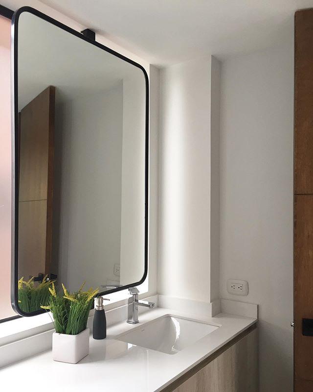 Este fue un reto de uno de nuestros últimos proyectos. El lavamanos en la ventana fue un gran acierto. Hicimos un espejo flotado sobre un eje de hierro! Ganamos toda la luz natural ☀️ + ventilación natural en el baño 🌪! Estos son los baños IS+LA #arquitectura #disenodeinteriores #acabados #hierroforjado #bathroomgoals #islaproyectos