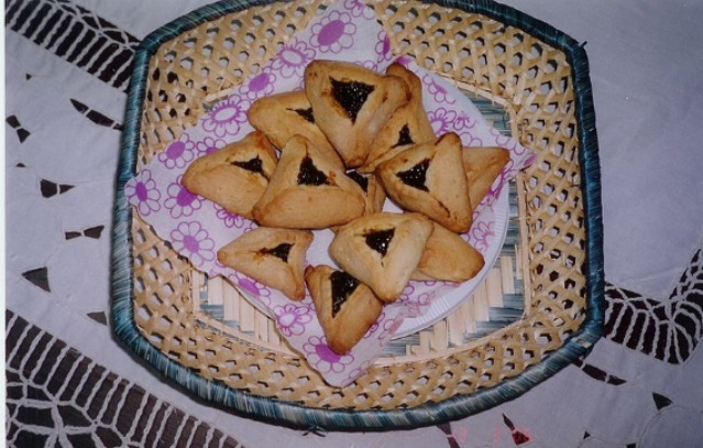 hamantasch on plate.jpg