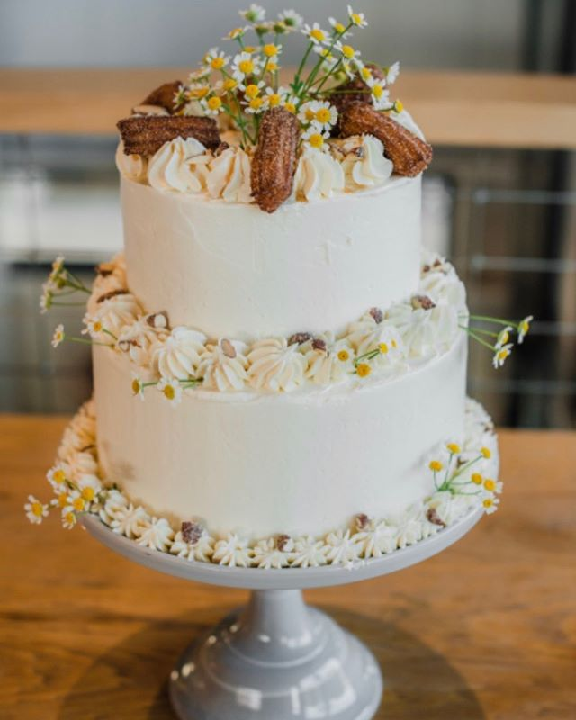 Loving this shot of a wedding cake I did a while back.  If you know anyone getting married or having an event, spread the word!  Photography: @heatherlockwoodphoto Flowers: @volkeldesign