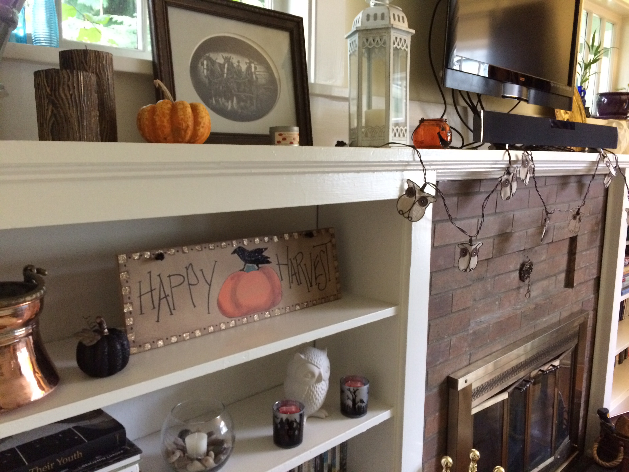 The addition of a glittery black pumpkin, a Jack-o-Lantern and two spooky silhouette votives gets my mantle Halloween-ready
