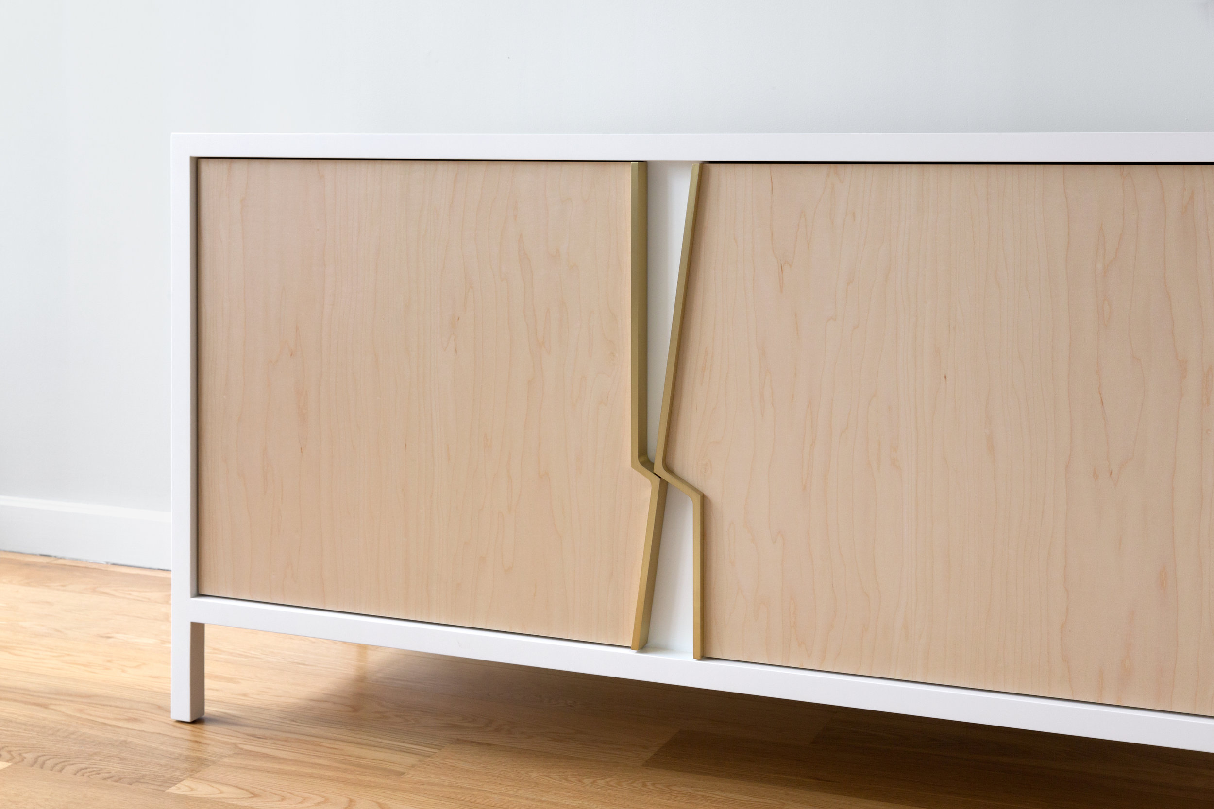 Halsey Fracture Cabinet in White Lacquer, Maple and Brass by Piet Houtenbos
