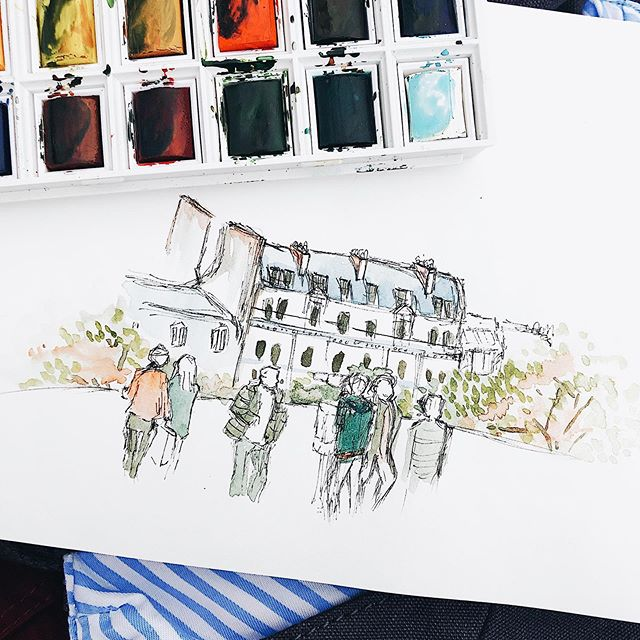 Sketching people as they constantly move around trying to get that perfect vacation photo. . . . #urbansketching#paris#montmartre#peoplesketching#peoplewatching#art#design#watercolor