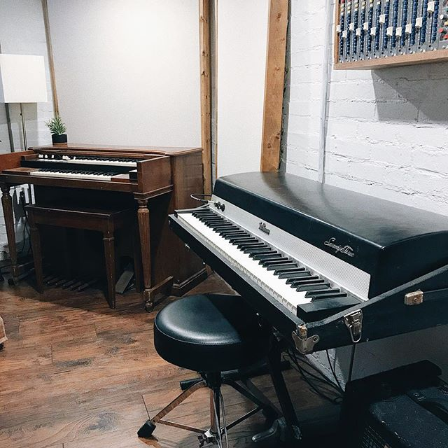 New gear it is!!! Funded by selling the many organs (keys, not human) at the studio, finally got a hold of a Rhodes at a decent price! Picked this up from the very kind @ryanmonroe5000 as well as the RE-201. I love a good project and this is what's on the list; welding repair to the 4 suitcase leg attachments, new tolex, tuning two keys, damper adjustment, and getting the cigarette ash burns off the higher keys from previous rad solos. So pumped!! // I think it was owned by a famous keys player, but I can't remember who it was... haha. Dang it! . . . . #recordingstudio #vintagekeys #fenderrhodes #tinytaperoom #musicproducer #mixengineer #gearporn #studioscapes #organ #vsco